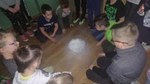 Czytaj więcej o: Tajemniczy dym – zabawy suchym lodem